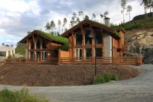 In Vollholz gebaute Zweigeschosser mit jeweils 75m² Wohnfläche