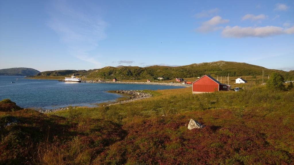 Blick über das Gemeindehaus zum Fährhaven von Mikkelvik