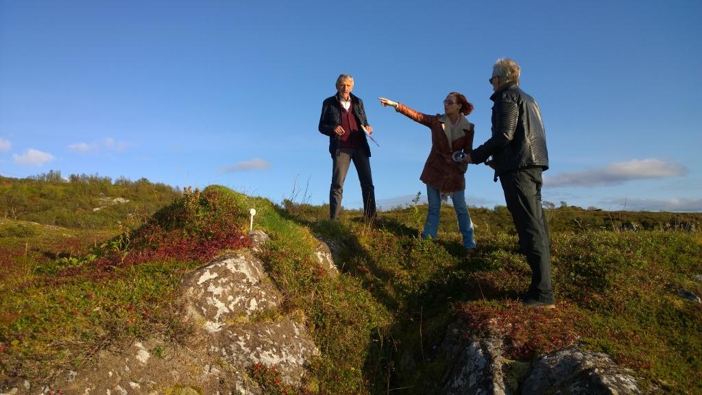 Projektleiter Alf Bertheussenzusammen mit Katja und Oliver bei planenden Blicken über Mikkelvik